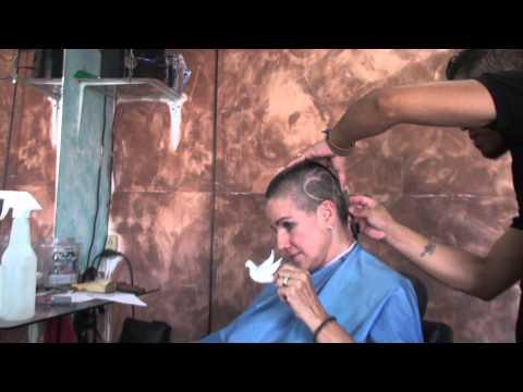 Carmen dona pelo para ninos con cancer/ hair donation for wigs for kids with cancer