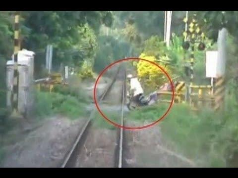 阿伯騎車硬闖平交道 慘遭火車撞 監視器驚悚曝光