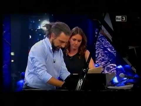 """Sostiene Bollani (con Caterina Guzzanti) 3° puntata """"Caterina la voltapagine"""" xD"""