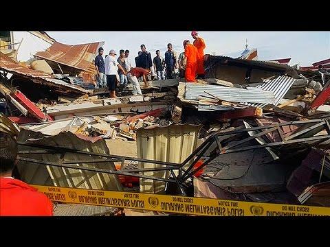 un terremoto en indonesia dejo cien muertos y 500 heridos