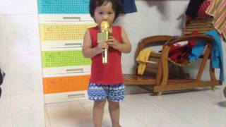 Baby 2 year old karaoke with wireless Micro Karaoke - Em bé 2 tuổi hát karaoke