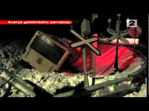 Klaipėdos rajone ant bėgių sugedusį autobusą taranavo krovininis traukinys