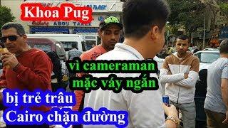 Khoa Pug bị trẻ trâu Cairo chặn đường vì cameraman mặc váy ngắn khi đi ăn street food Ai Cập
