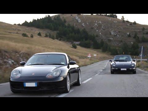 Porsche 996 vs Porsche 993 - Inserito da Davide Cironi il 12 ottobre 2013 durata 21 minuti e 57 secondi - Mamma Porsche mi ha invitato a festeggiare i 50 anni della 911 a Pescara e io ci sono andato con la pecora nera della famiglia, la controversa e meravigliosa 996 Carrera 2. Tanto per complicarmi la vita ho rimediato anche una 993 Cabriolet, mettendo a confronto la 911 pi� ricercata e quella da cui tutti scappano a gambe levate. Indovinate qual � la migliore?