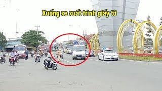 Ford Transit giỡn mặt với đoàn xe có CSGT dẫn đường, bị kéo lại phạt cho chết - Block VIP and karma