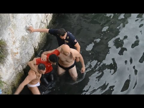 Rimini, è ammanettato ma scappa dalla questura. In fuga, si getta dal ponte di Tiberio