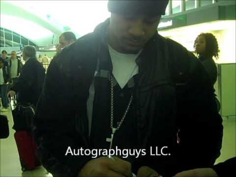 Jimmy And Jey Uso The Usos Wwe Tag Team Signing Autographs At The Airport In St. Louis, Mo video