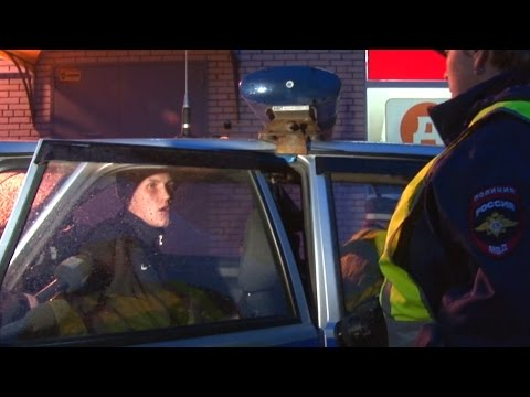 Пьяный водитель спорит с инспекторами ДПС