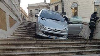 Roma, ubriaco va giù con l'auto dalla scalinata di Trinità dei Monti: denunciato