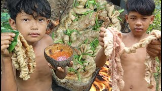 Primitive Technology - Yummy cooking pork intestines on a rock - eating delicious