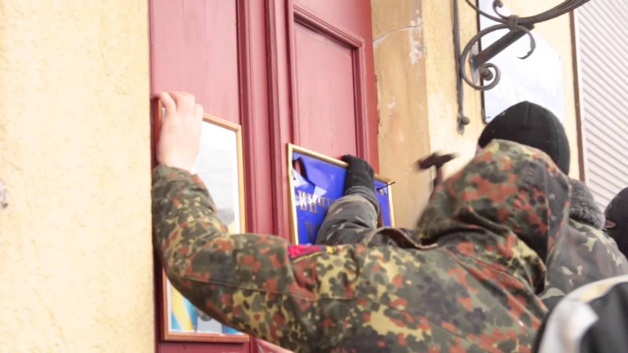 У Калуші перевернули портрет Януковича і прибили на офісі Партії регіонів