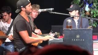 Download Lagu Luke Bryan Laughs His Way Through 'Dirt Road Diary' Gratis STAFABAND