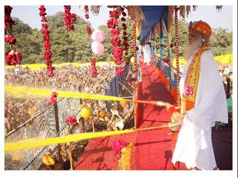 Pujya Asaramji Bapu Holi Bhajan- Holi Hui Tab Jaaniye Pichkari Sadguru Ki Lage video