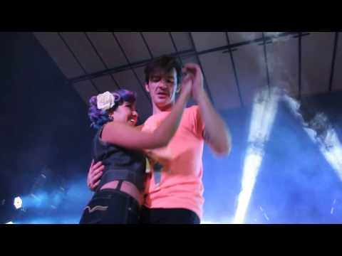 Drake Bell kissing and dancing with a Fan on Stage - México 2016