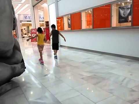Niños Patinando Con Heelys (Tenis Con Rueditas)