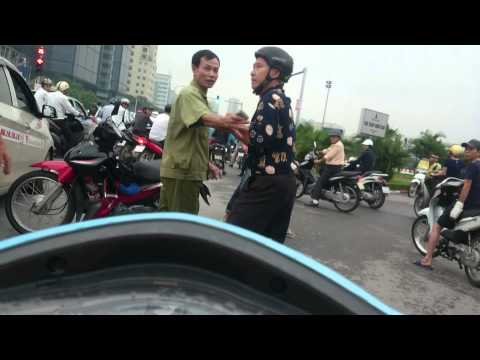 Bác già đi xe máy ngược chiều va chạm vẫn máu chiến, ông kia cũng hỗn quá cơ