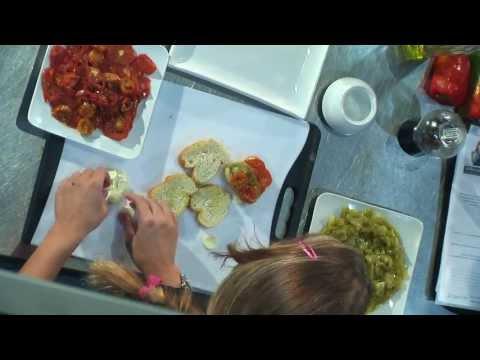 Receta. Montadito de tomates asados, queso y pesto rústico