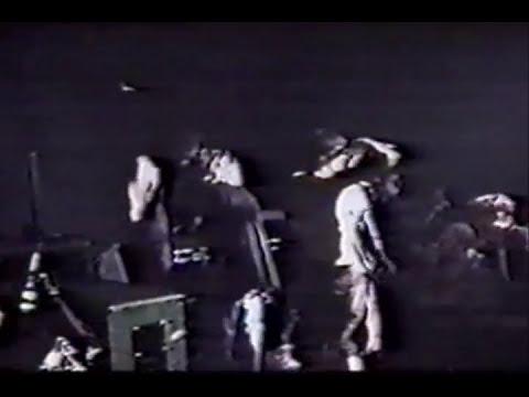 Kurt Cobain es golpeado