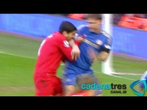 Luis Suárez muerde el brazo del zaguero Branislav Ivanovic en el Liverpool vs. Chelsea