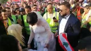 لقطة اليوم: المتظاهرون يحتفلون بعروسين في ساحة النور بطرابلس