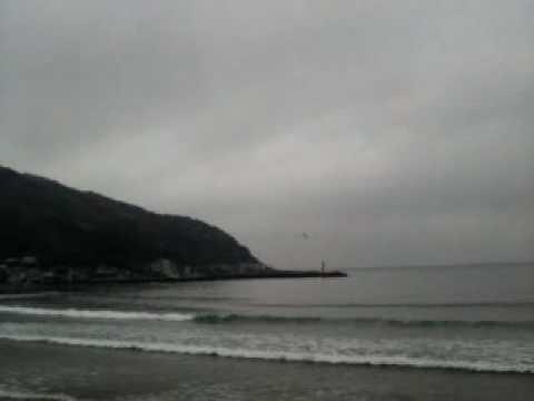 4月5日、伊東市宇佐美温泉海水浴場前の民宿オヤジです。今朝のサーフィ