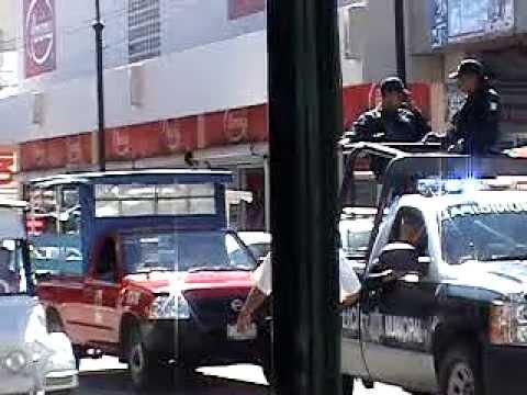 policiacas de Mazatlan, patrullando el puerto