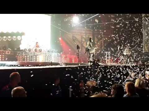 Gene Simmons Falling Onstage! Noooo!