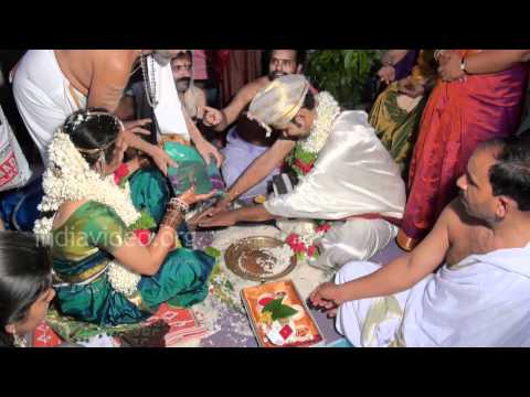 Bride and Groom performing marriage rituals – Kannada Brahmin Marriage