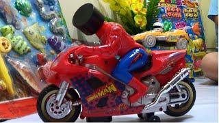 Spider man riding on motorcycle toy Người nhện cưỡi xe máy đồ chơi trẻ em Giai tri cho Be yeu