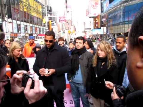 David Blaine Doing Magic in Times Square to Raise Money for Haiti Relief 1