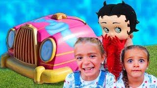 Las Ratitas juegan con el coche y la nueva casa de Woody