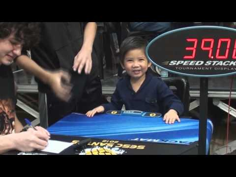 Watch 4yrs old solves a Rubiks Cube