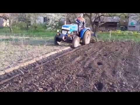 Оборотный плуг на минитрактор / вспашка почвы