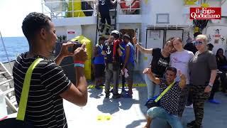 Aquarius, la nave con a bordo 141 persone approda a Malta: esultano i migranti