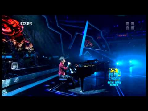 2012-12-31 周杰伦Jay Chou plays piano with an apple (Eng Sub).mp4