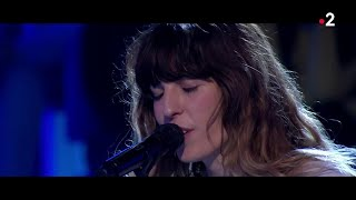 "Lou Doillon interprète en live ""Too much"" dans #ONPC"
