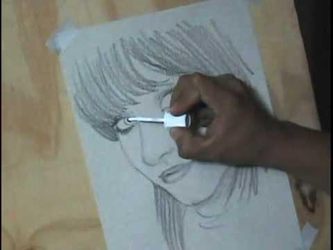 Dibujando a una chica bonita con lápiz de grafito