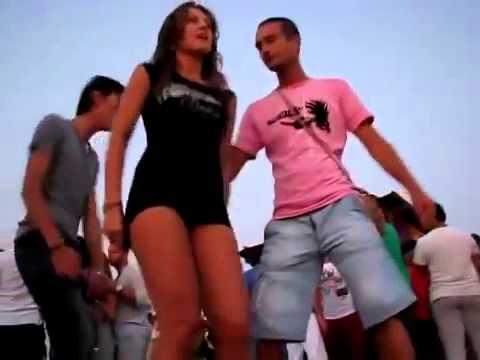 Fete dezbracate fete danseaza pe plaja