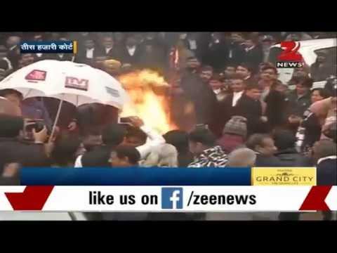 Delhi lawyers burn effigy of Kiran Bedi at Tis Hazari court
