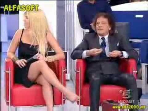 I piedi di Loredana Lecciso in sandali toccati da Portento