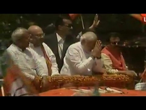 Narendra Modi's affair with Varanasi begins on the road