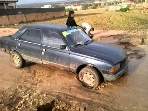 الحنشان...دوار أيت احماد...بسبب ردائة الصرف الصحي،تغرق عجلات السيارة في الحفر