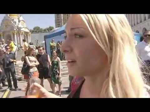 فيديو_ +18 فتاة أوكرانيه تتعرى إعتراضاً على يورو.FLV