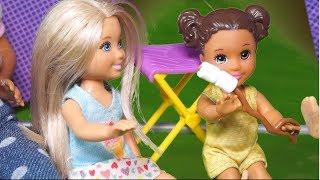 Rodzinka Barbie - Na biwaku pod namiotem. Bajka dla dzieci po polsku. The Sims 4 Odc. 87