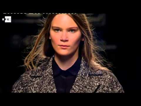 Ángel Schlesser apuesta por una mujer urbana y sofisticada, con el abrigo como prenda estrella