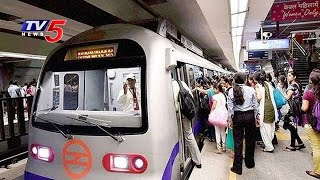 Porn Movie Accidentally Played on LED Screen at Delhi Metro Station | TV5 News