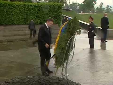 На Януковича упал венок