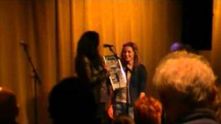 Caylee & Darcey uitreiking gouden CD Junior songfestival 2011 door Babette Labeij