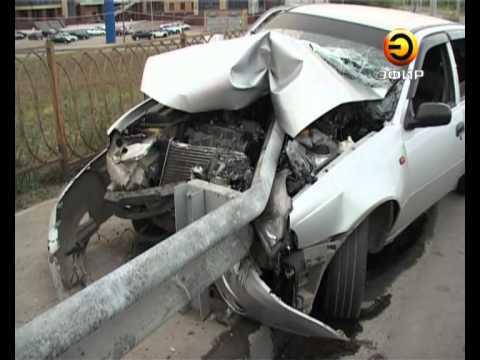 Авария в Казани: автомобиль протаранил железный отбойник