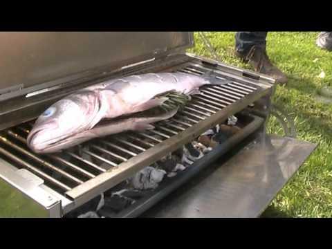 Ganzer fisch auf grill